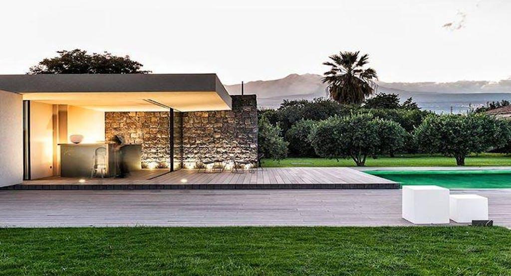 Vista di Zash e della sua piscina con scorcio sull'entroterra siciliano - Fonte: Quandoo
