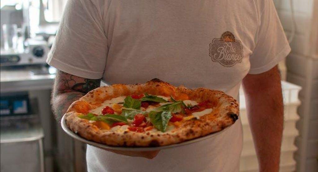 Una pizza alla Pizzeria Oro Bianco, tra le migliori di Napoli - Fonte: Quandoo