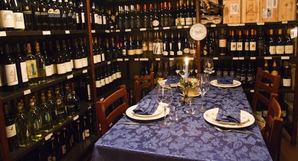 Un tavolo incorniciato da bottiglie di vino locale al ristorante Franco Rossi di Bologna - Fonte: Quandoo
