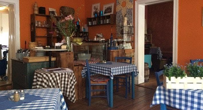 Blaue Tische